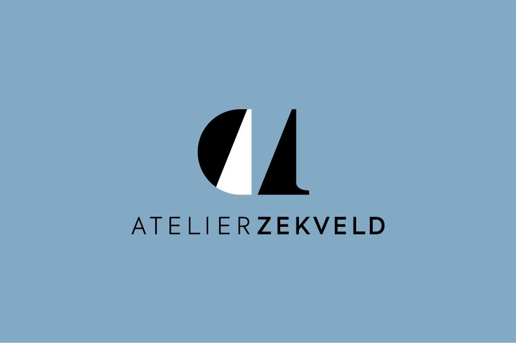Logo Atelier Zekveld zwart-wit op luchtblauwe ondergrond