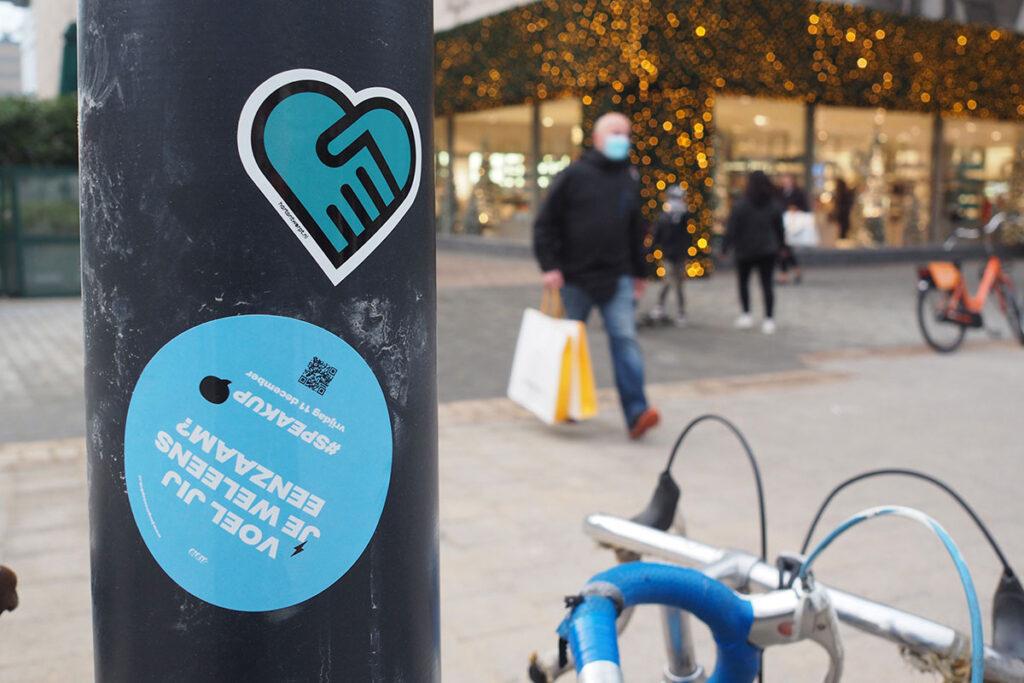 Hartontwerpt plakt stickers in de stad