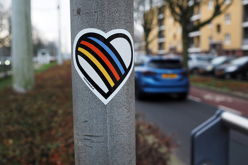 Hartontwerpt plakt stickers in de stad